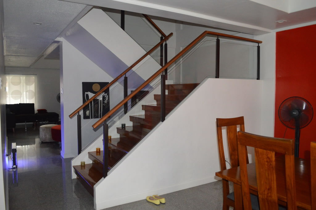 Glass modern stair railing cavitetrail glass railings for Modern glass railing