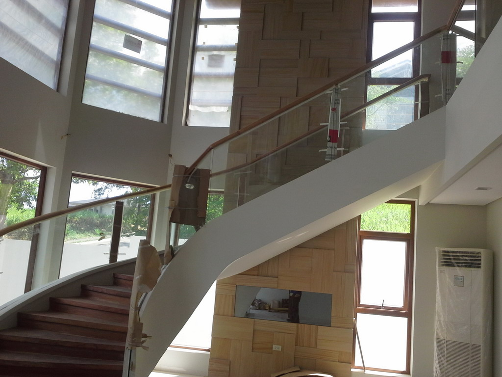 Frameless Glass in Winding Staircase using Curved Clear Tempered Glass
