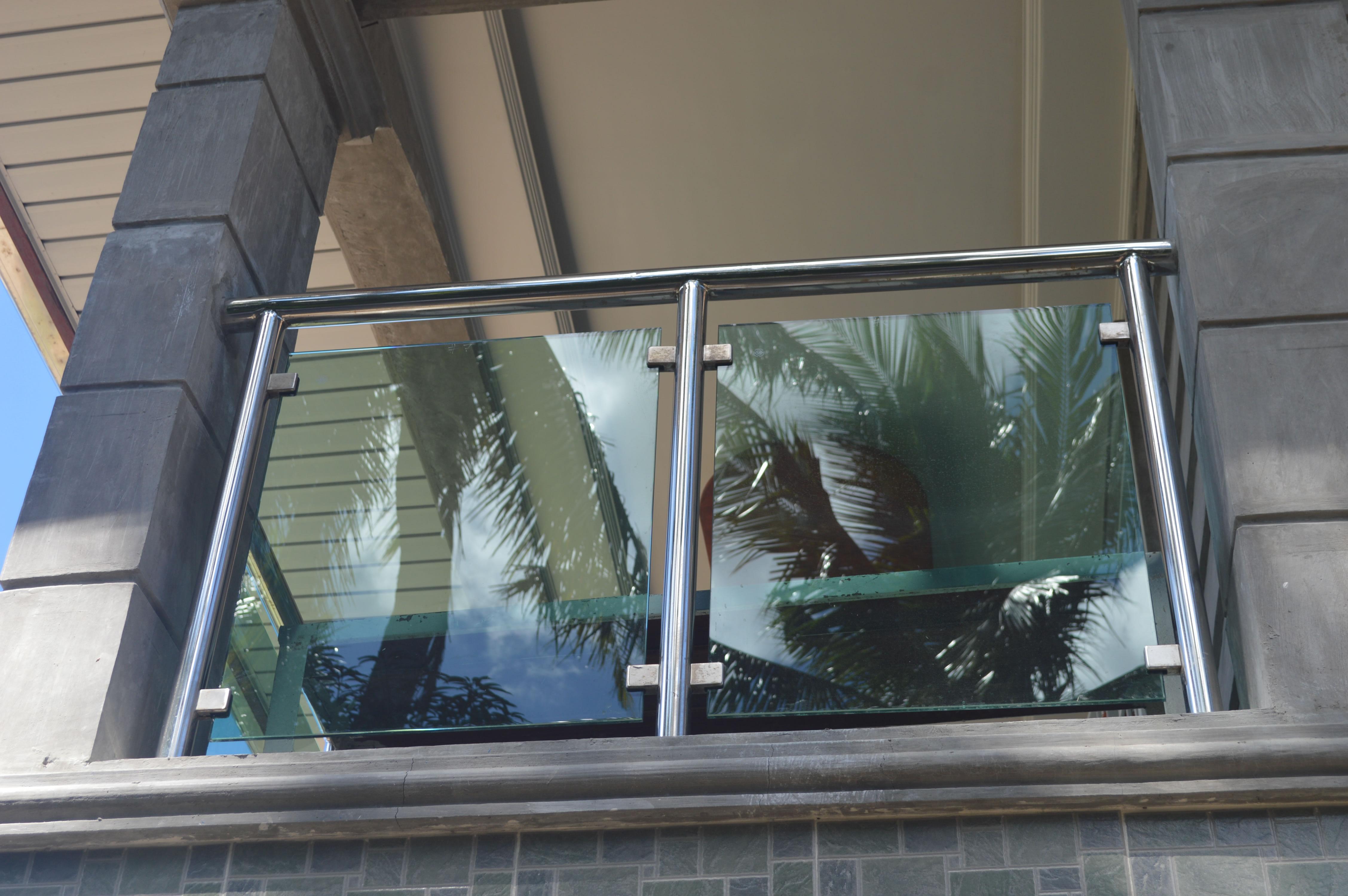 Modern glass balcony railing cavitetrail glass railings for Window railing design