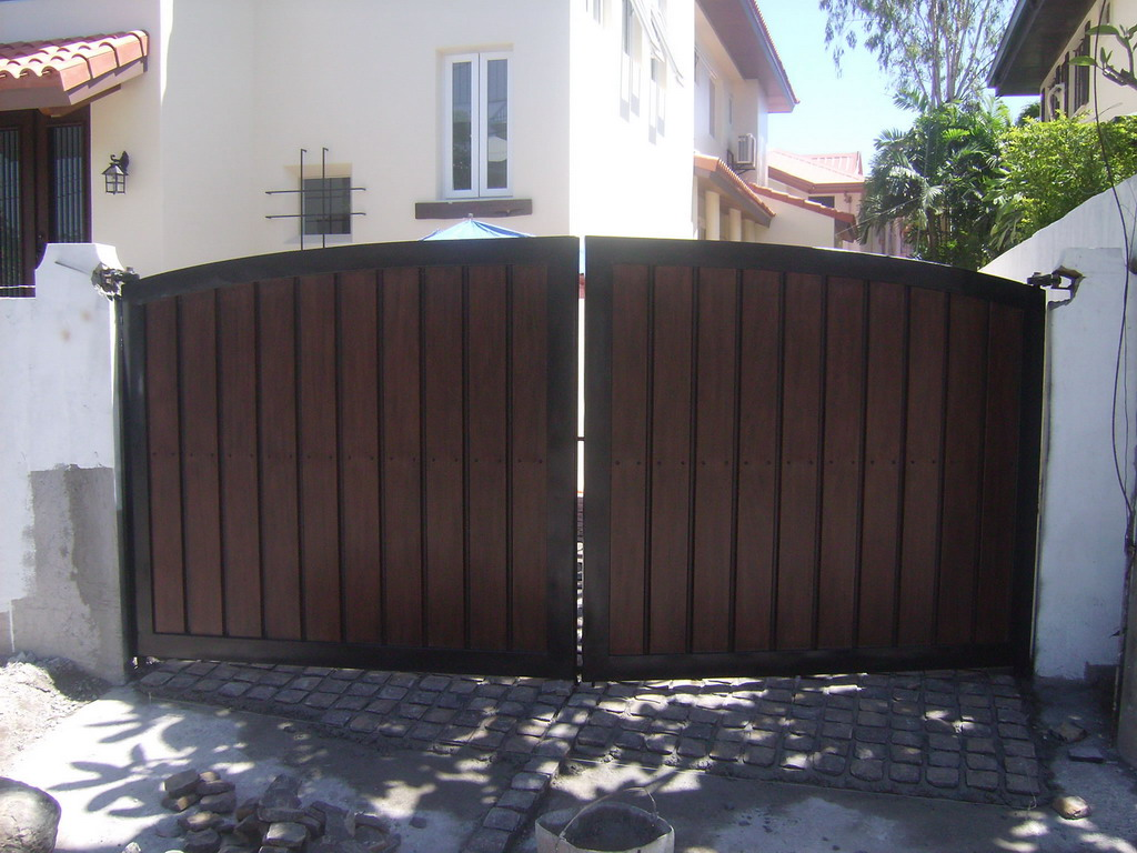 Steel And Wood Gate Cavitetrail Glass Railings