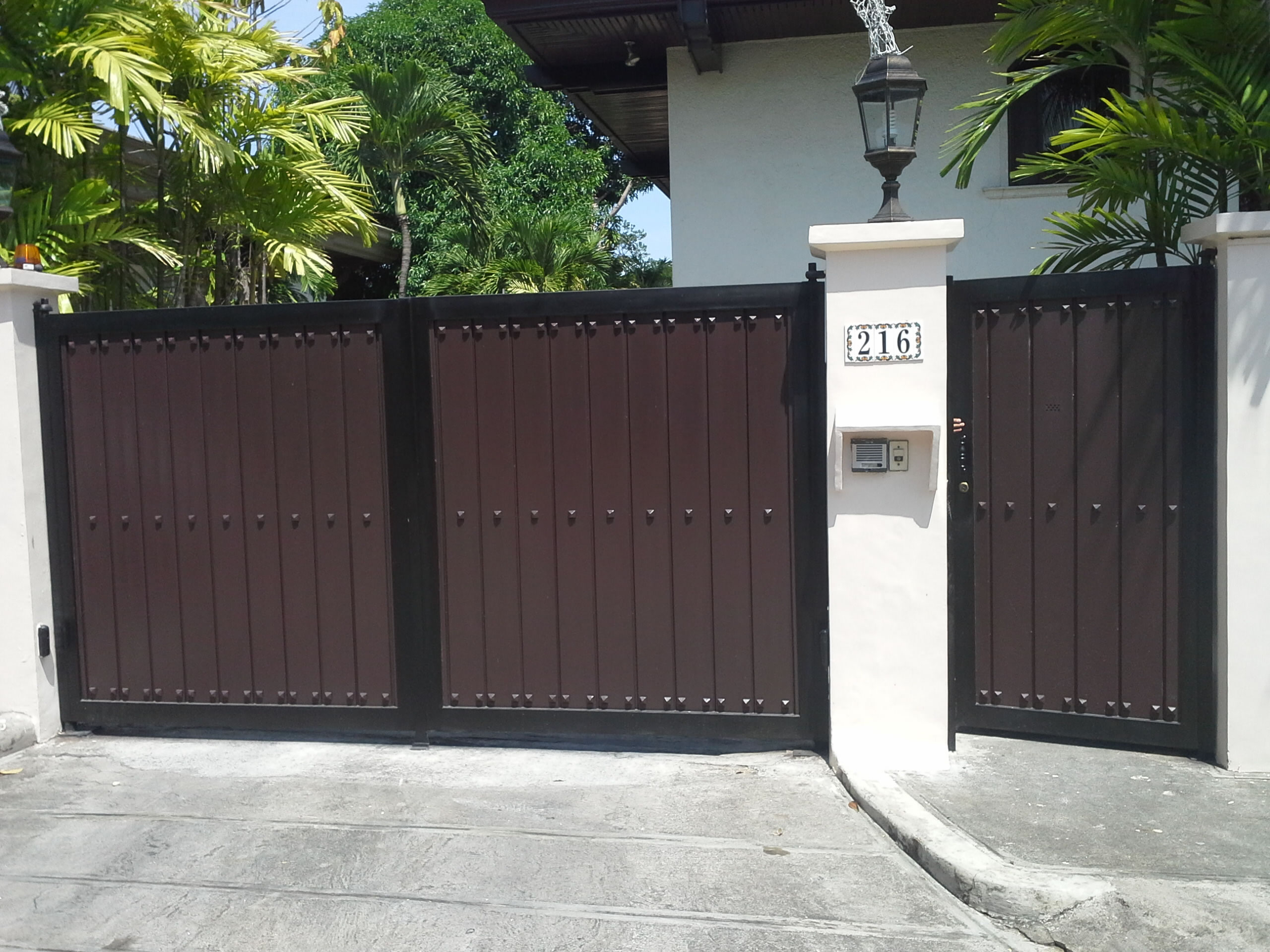 Steel and wood gate cavitetrail glass railings for Gate house designs