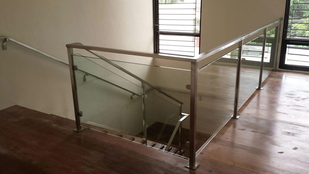 Glass stainless railing cavitetrail glass railings for Terrace railings design philippines